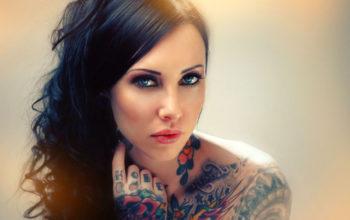Девушка с татуировкой на руке и плече