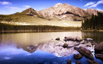 Пейзаж гор и озера