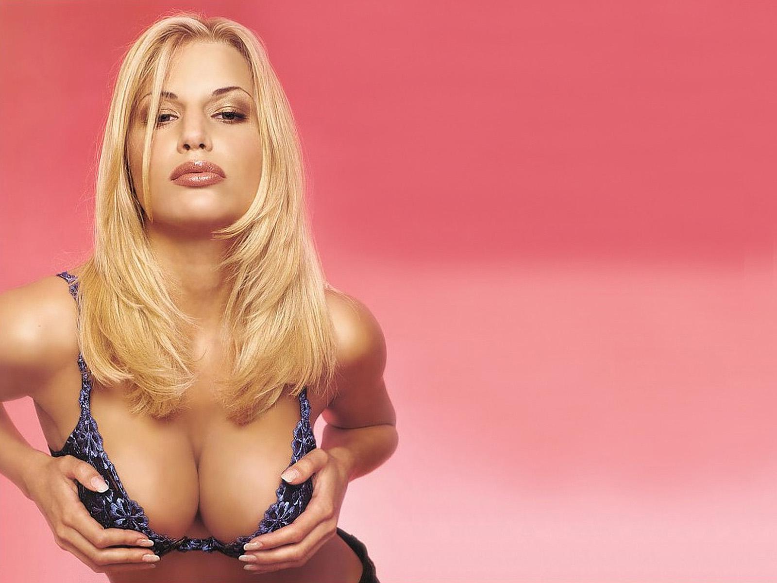 блондинка с большой грудью