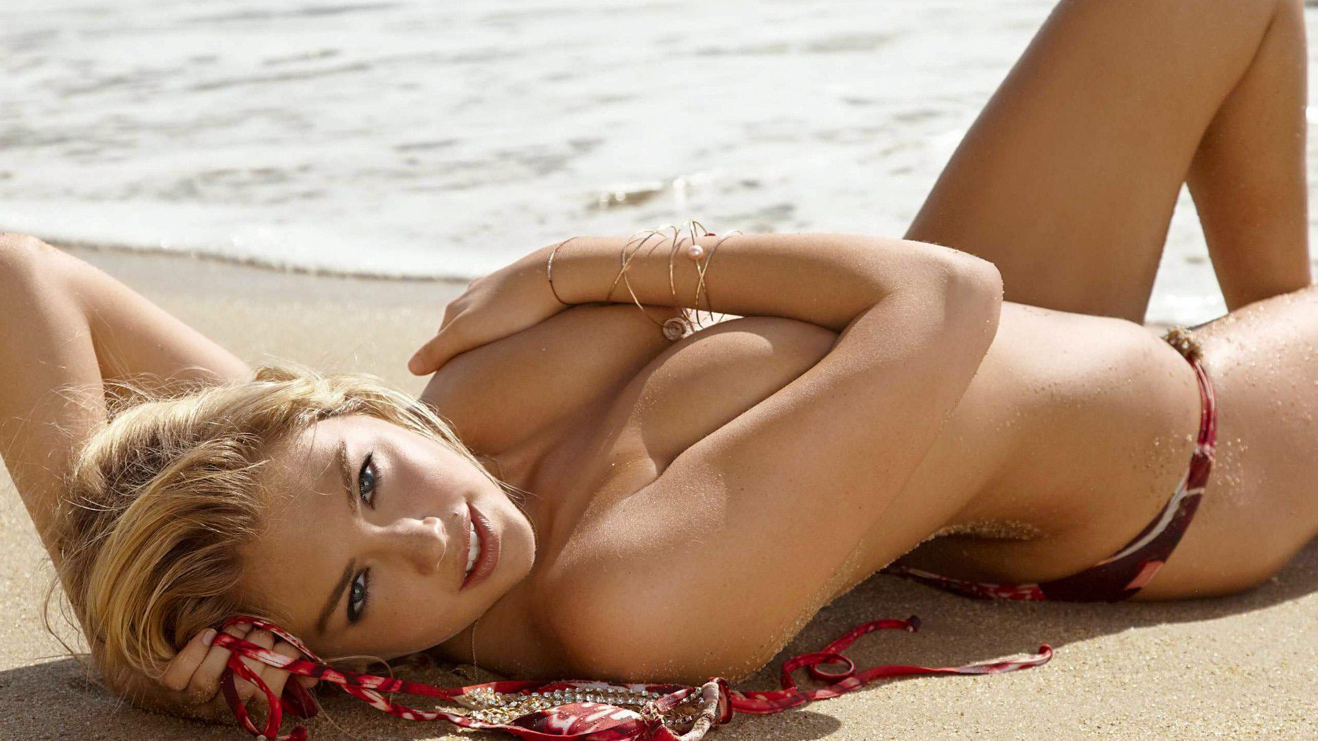 Девушка блондинка лежит на пляже