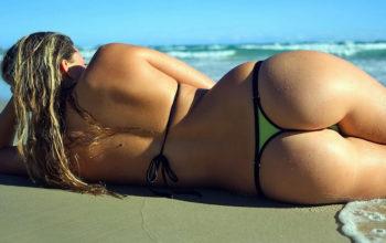 Сексуальная девушка в стрингах на пляже