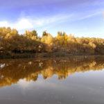 Спокойное озеро осенью