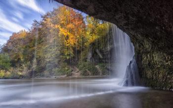 Вход в пещеру через водопад