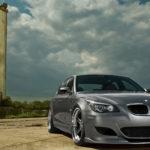BMW M5 серого цвета