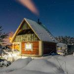 Домик в лесу зимой