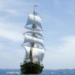 Корабль парусник в море