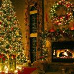 Новогодняя елка возле камина