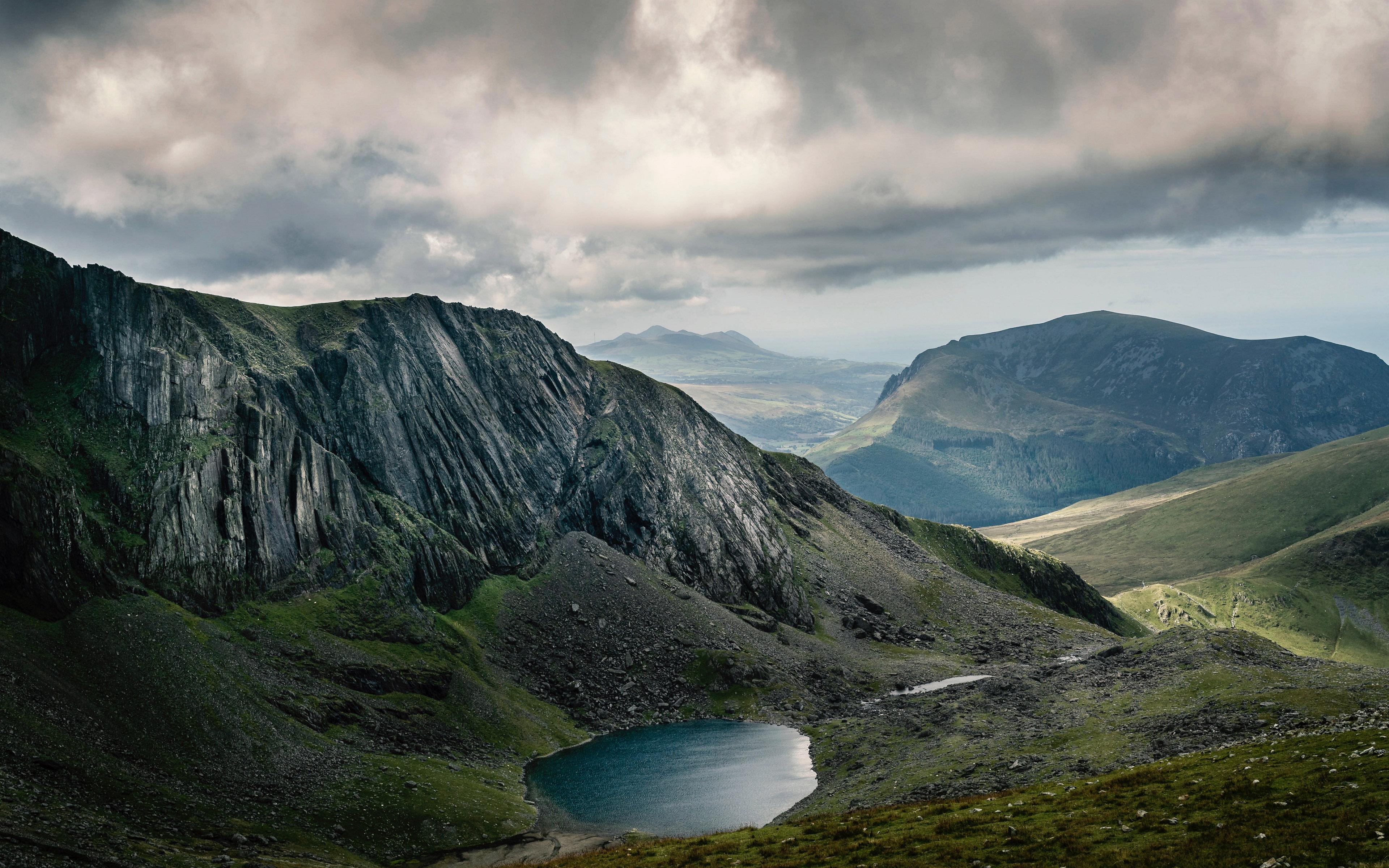 озеро, горы, холмы, небо, пейзаж, широкоформатные обои, 4k заставки