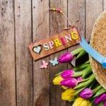 Шляпа и букет тюльпанов