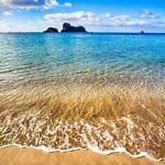Пляж на море летом