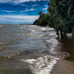 Морские волны на берегу