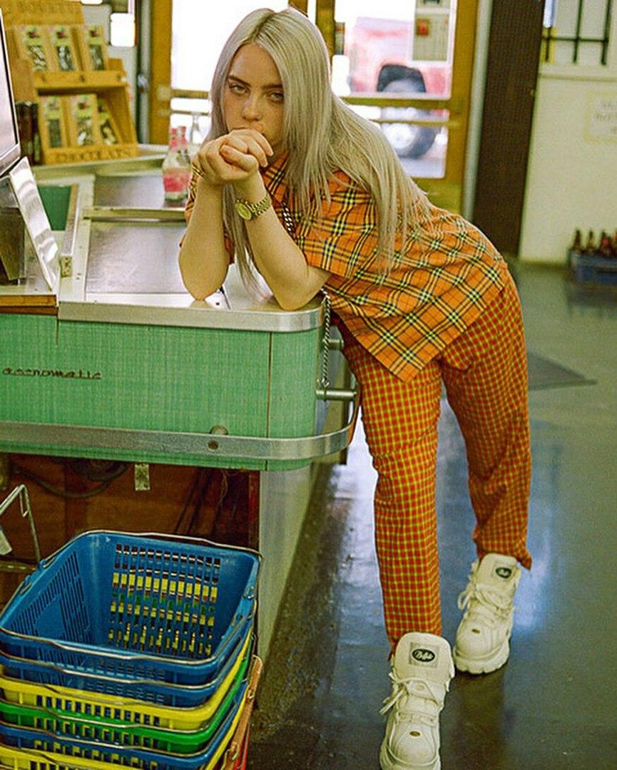Билли Айлиш в Магазине, на кассе