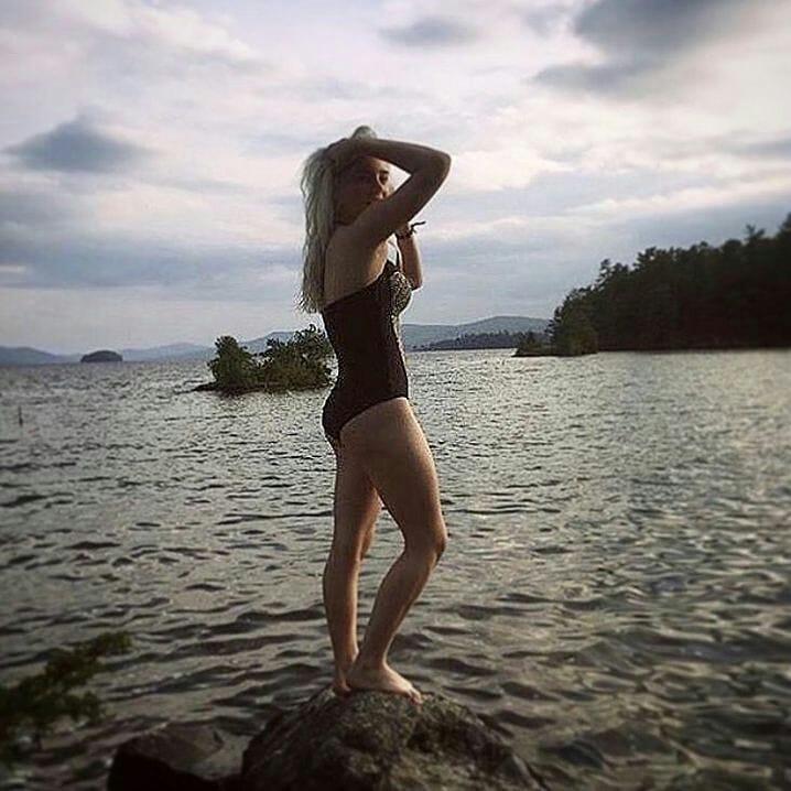 Билли Айлиш (Billie Eilish ) в купальнике фото